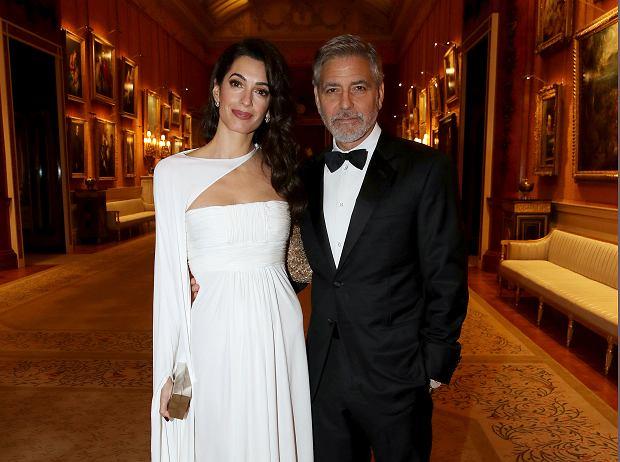 Zdjęcie numer 4 w galerii - Amal Clooney na kolacji u księcia Karola wyglądała lepiej niż księżne! Jej suknia to sto procent elegancji