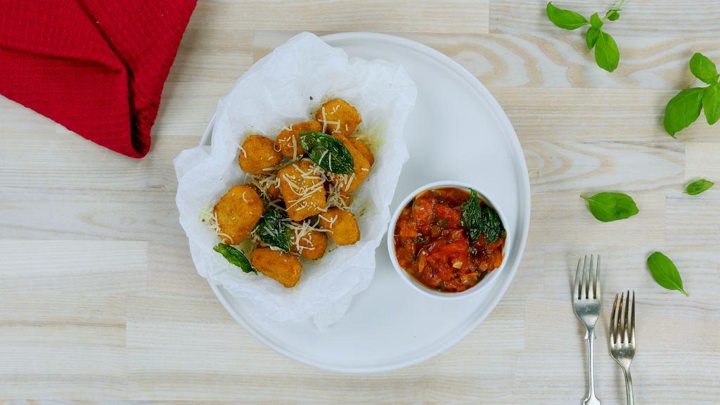 Nuggetsy Halloumi z sosem pomidorowym WEGE