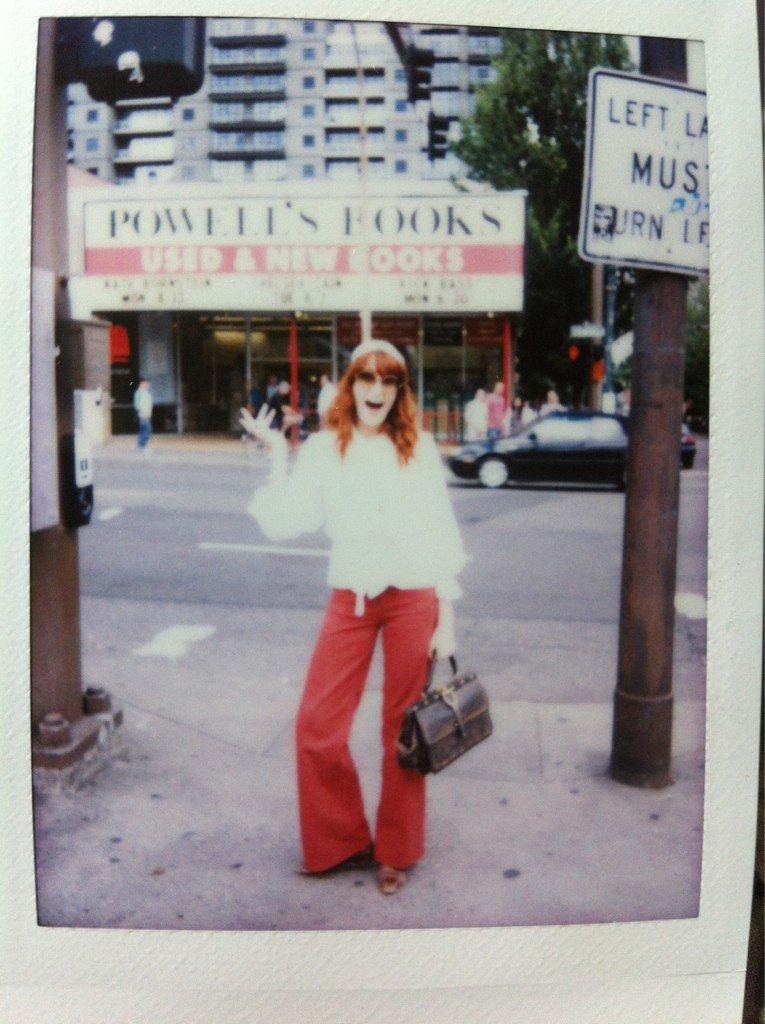 Florence przed księgarnią w Portland. To zdjęcie, opublikowane w lipcu 2012 r. na twitterze artystki zainspirowało Leah Moloney do założenia klubu książkowego / archiwum prywatne Florence Welch