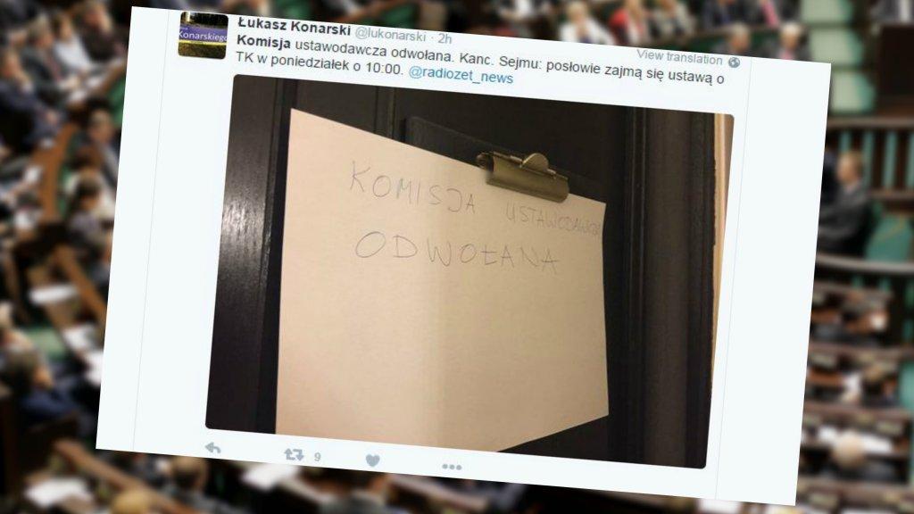 Kartka na drzwiach sali, w której miało się odbyć posiedzenie komisji ustawodawczej