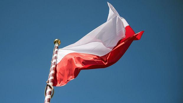 Flaga Rzeczypospolitej Polskiej powiewa na wietrze