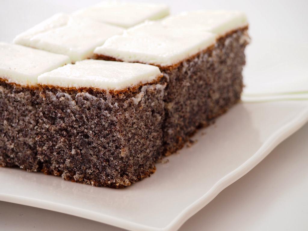 Ciasto japońskie z makiem znane jako makowiec japoński lub japońska szarlotka z makiem to wypiek, który w polskich książkach kulinarnych pojawił się już w okresie PRL-u.