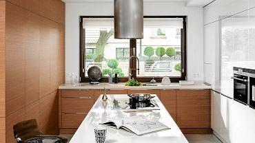 Jeśli przygotowując posiłki, długo stoimy, nogi i kręgosłup odmawiają nam posłuszeństwa. Dlatego podczas pracy warto chociaż na chwilę usiąść. W kuchni sprawdzają się np. mobilne, wysokie krzesła na kółkach.