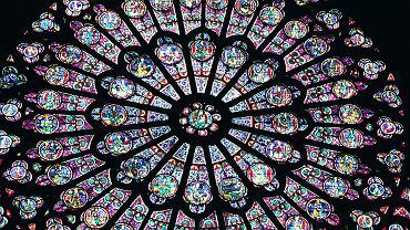 Witraż w kształcie rozety w katedrze Notre Dame