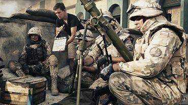 """Akcja filmu w reżyserii Krzysztofa Łukaszewicza rozgrywa się w 2004 roku w irackim mieście Karbala, w środku wojny w Zatoce Perskiej. Zaczyna się ważne muzułmańskie święto Aszura. Islamscy ekstremiści atakują miejscowy ratusz City Hall, w którym przetrzymywani są też aresztowani terroryści. Ich ataki odpiera osiemdziesięciu polskich i bułgarskich żołnierzy, wiedząc, że mają bardzo ograniczone zapasy broni i jedzenia. Odtworzenie tych wydarzeń wymagało ogromnego nakładu pracy. Jak przebiegała?<br><br> <div class=""""gazetaVideoPlayer""""><a href=""""http://film.gazeta.pl/nowy_film/10,135654,18267612,_Karbala____teaser_filmu.html"""">""""Karbala"""" - teaser filmu</a><div><iframe src=""""http://www.gazeta.tv/plej/19,135654,18267612,video.html?autoplay=true"""" width=""""620"""" height=""""384"""" frameborder=""""0"""" scrolling=""""no"""" allowfullscreen></iframe></div></div>"""