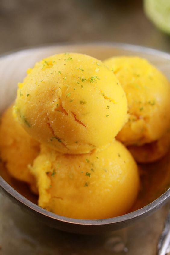 Sorbet z mango najlepiej smakuje z odrobiną cytryny lub limonki