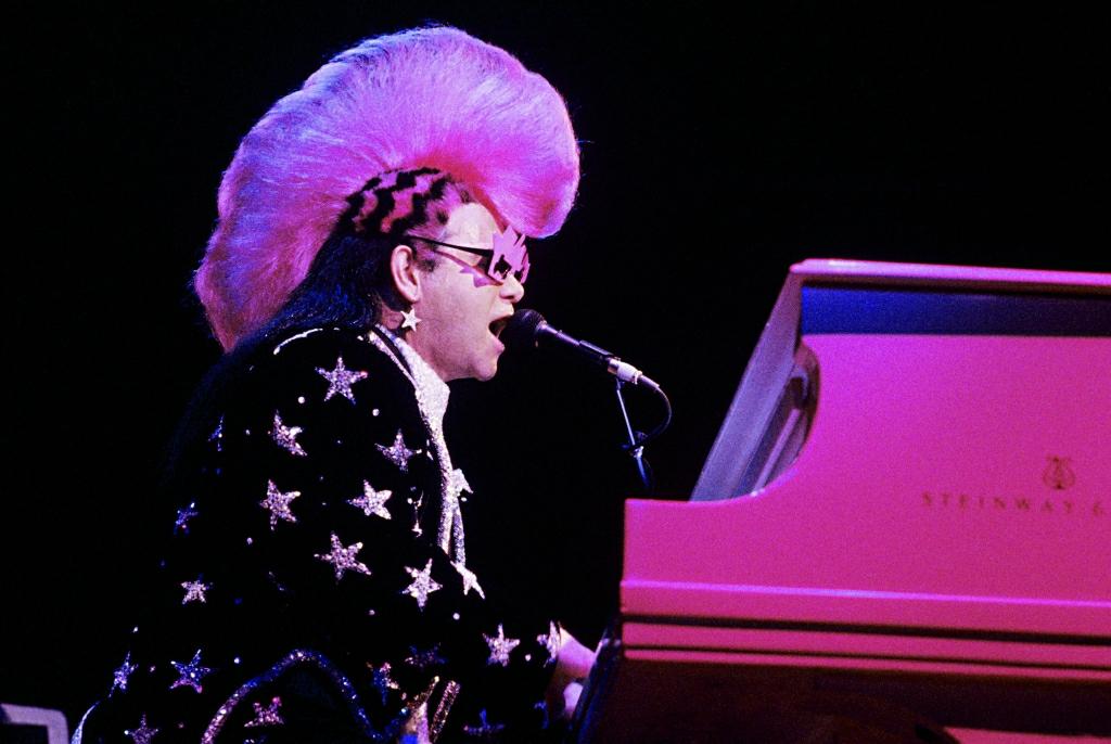 5cd787035fce40 Elton John. Ma ćwierć miliona par okularów i ani jednego telefonu ...