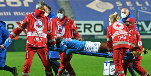 Victor Osimhen znoszony z boiska przez medyków w meczu Atalanta Betgamo - SSC Napoli (4:2). Źródło: Twitter
