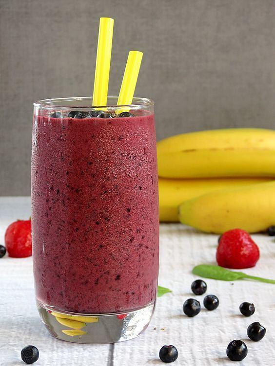 Koktajl z jagód i banana zapewnia uczucie sytości na długo