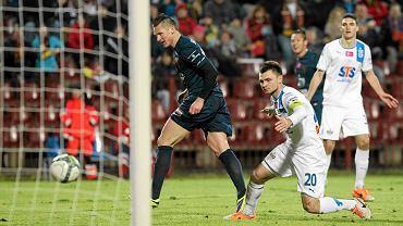 Marcin Robak strzela Lechowi jedną z bramek w wygranym przez Pogoń meczu 5:1