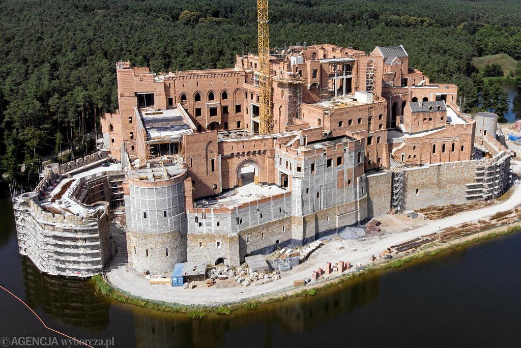 Zamek w Puszczy Noteckiej. Zdjęcie ze Stobnicy zrobione z drona