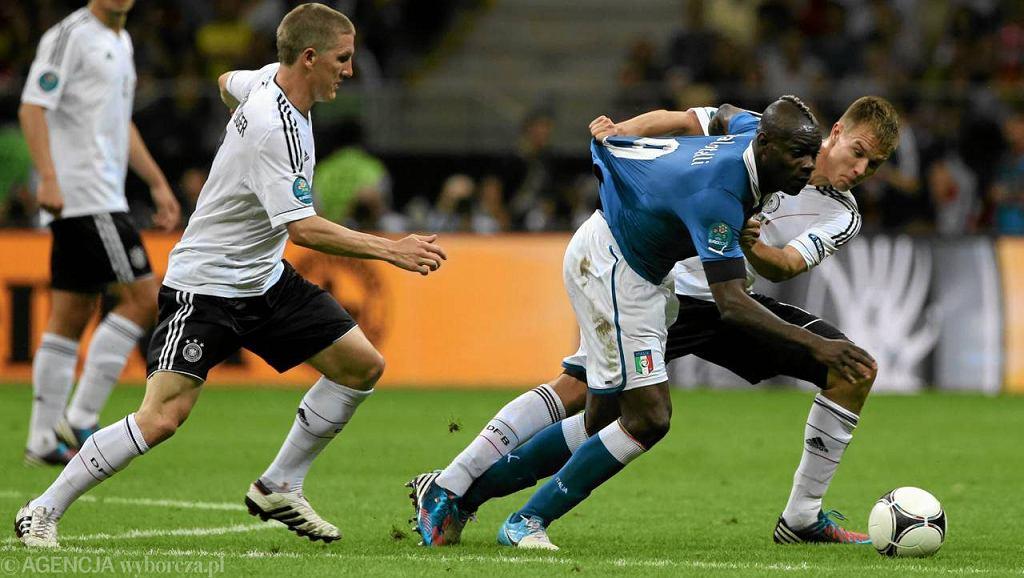 28.06.2012 WARSZAWA , STADION NARODOWY . FAULOWANY MARIO BALOTELLI ( 9 ) PODCZAS MECZU NIEMCY - WLOCHY ( POLFINAL EURO 2012 ).