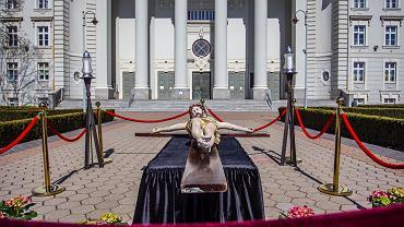 Księża z bydgoskiej Bazyliki pw. św. Wincentego a Paulo wystawili w Wielki Piątek w czasie pandemii koronawirusa krucyfiks