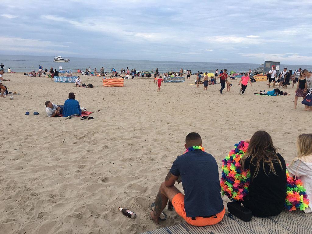 Władysławowo, sierpień 2018. Na plaży 'walają się' butelki po piwie, mimo że obowiązuje zakaz spożywania alkoholu