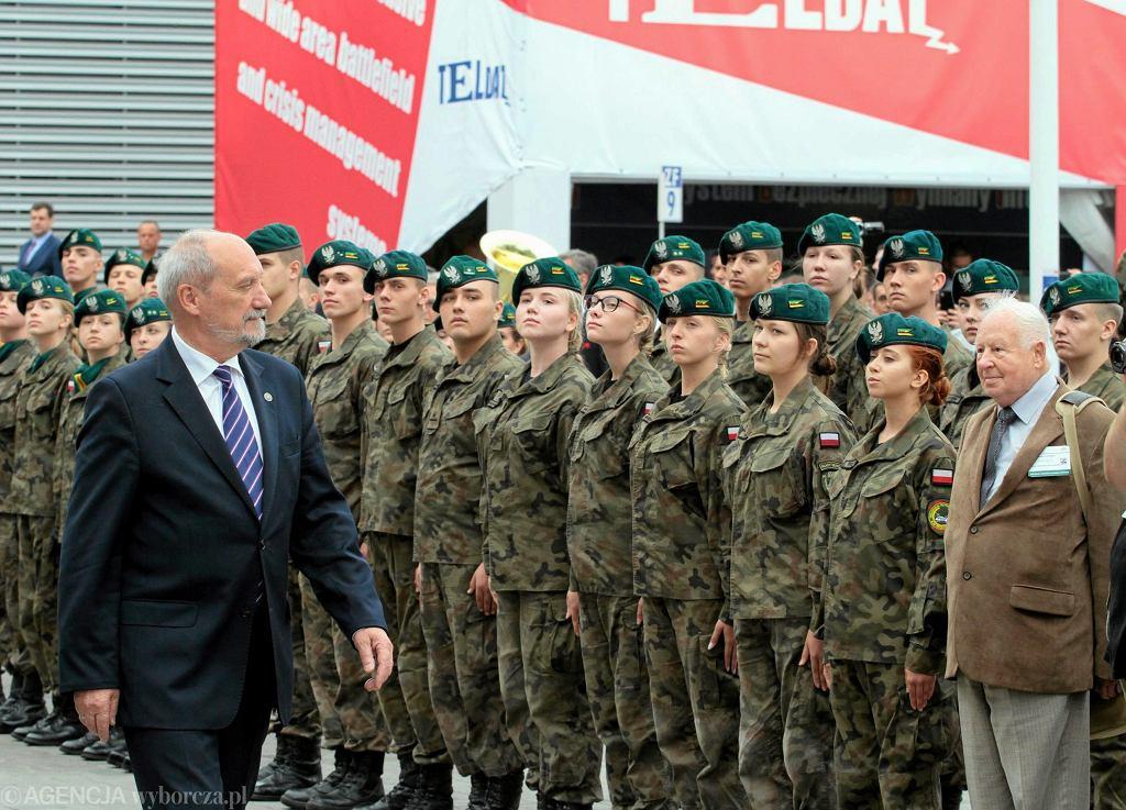 Minister obrony w rządzie PiS Antoni Macierewicz z gospodarską wizyta na Międzynarodowym Salonie Przemysłu Obronnego w Kielcach