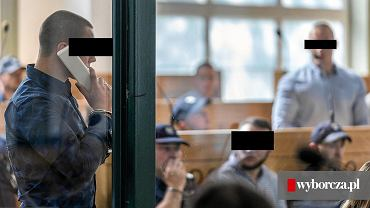 Obrona złożyła w czwartek wniosek o uchylenie aresztu Łukaszowi L. ps. 'Lucky' (stoi w jasnej koszuli), jednemu z szefów Psycho Fans.