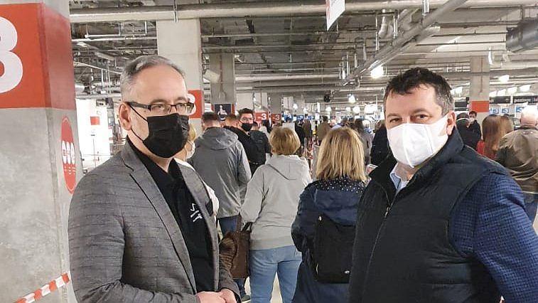 Adam Niedzielski i dr Artur Zaczyński w kolejce do punktu szczepień na Stadionie Narodowym.