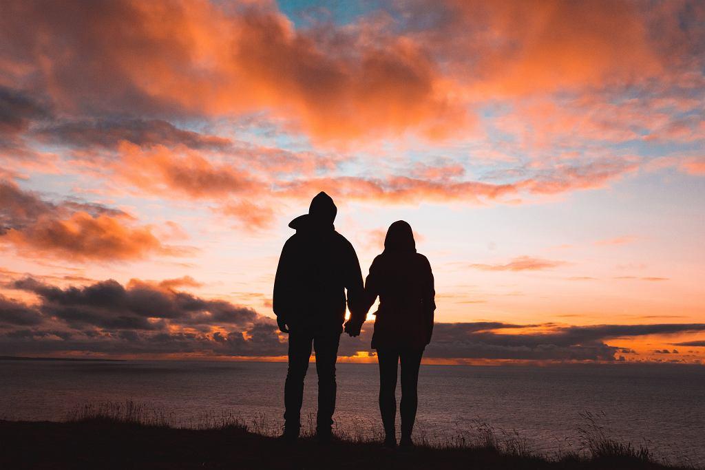 Piosenki o miłości idealne na romantyczny wieczór [LISTA]