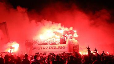 Kibice Legii Warszawa fetują mistrzostwo Polski 2021