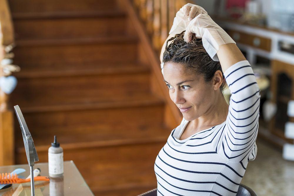Farba do włosów bez amoniaku. Zdjęcie ilustracyjne