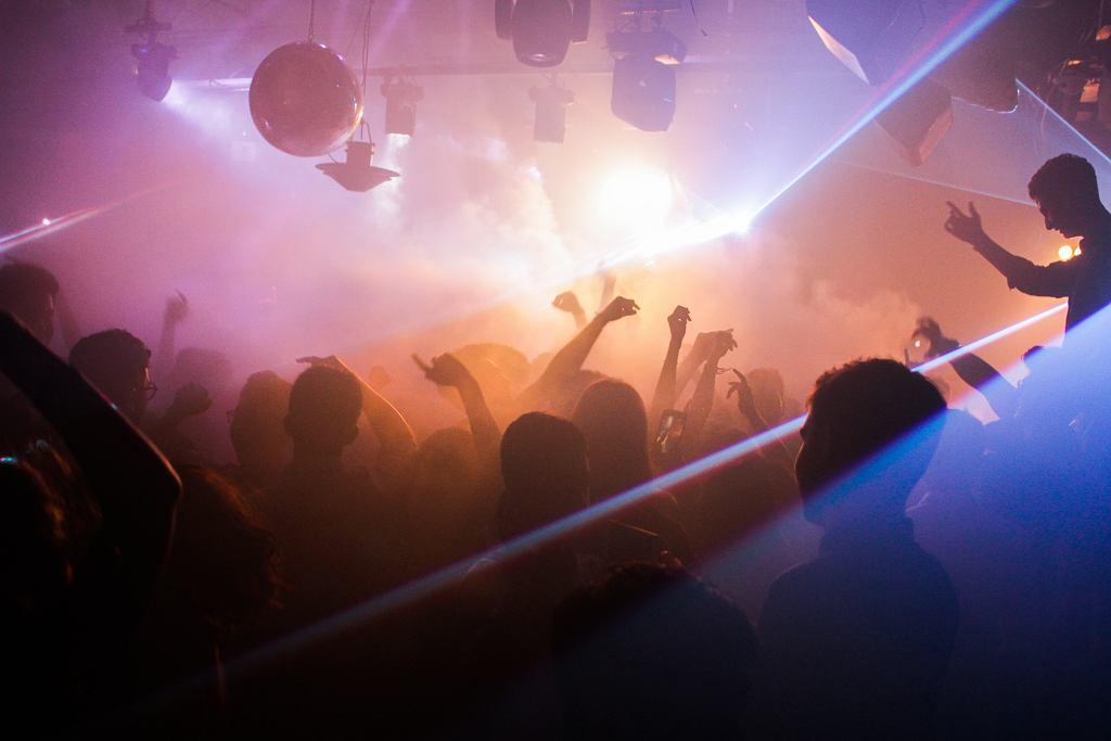 impreza w klubie (zdjęcie ilustracyjne)