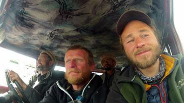 Wyprawa na Nanga Parbat. Od lewej: kierowca ciężarówki, Tomasz Mackiewicz i Marek Klonowski
