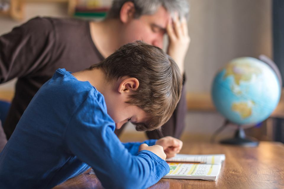Wielu uczniów nie radzi sobie z samodzielnym odrabianiem prac domowych. Muszą prosić o pomoc rodziców.
