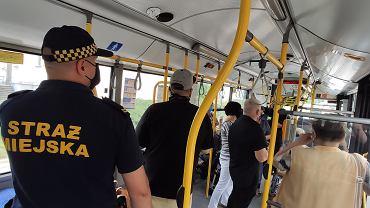 Kielce, 29 czerwca 2020. Kontrolerzy biletów i straż miejska sprawdzają, czy pasażerowie autobusów noszą maseczki