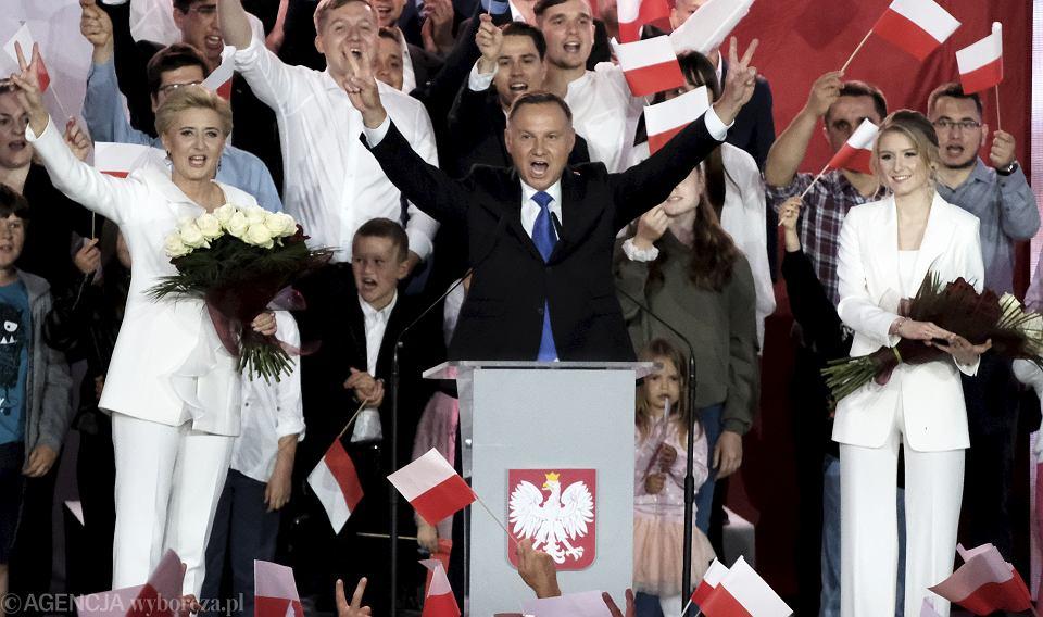 Prezydent Andrzej Duda z rodziną podczas wieczoru wyborczego w Pułtusku