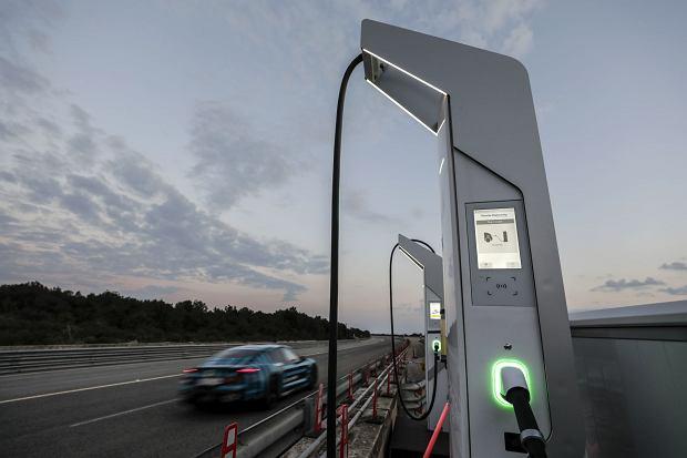 Elektryczne Porsche Taycan podczas testów na włoskim torze Nardo