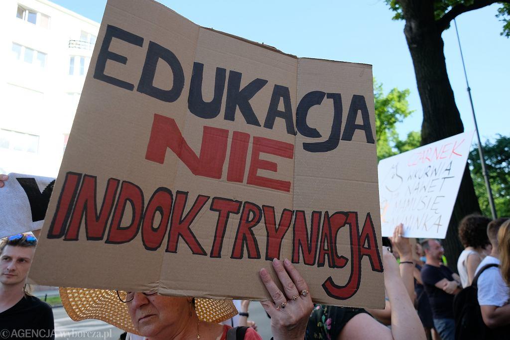 https://bi.im-g.pl/im/63/f8/19/z27232355IH,Protest-przed-Ministerstwem-Edukacji-i-Nauki.jpg