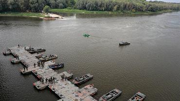 Budowa mostu pontonowego na Wiśle