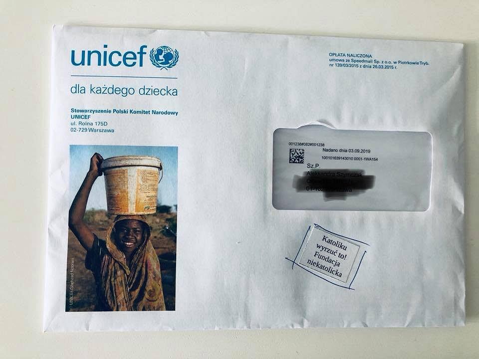 Wlepka 'Katoliku, wyrzuć to!' na kopercie od UNICEF-u
