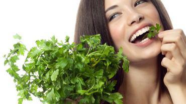 Natka pietruszki to doskonały naturalny dezodorant do ust.