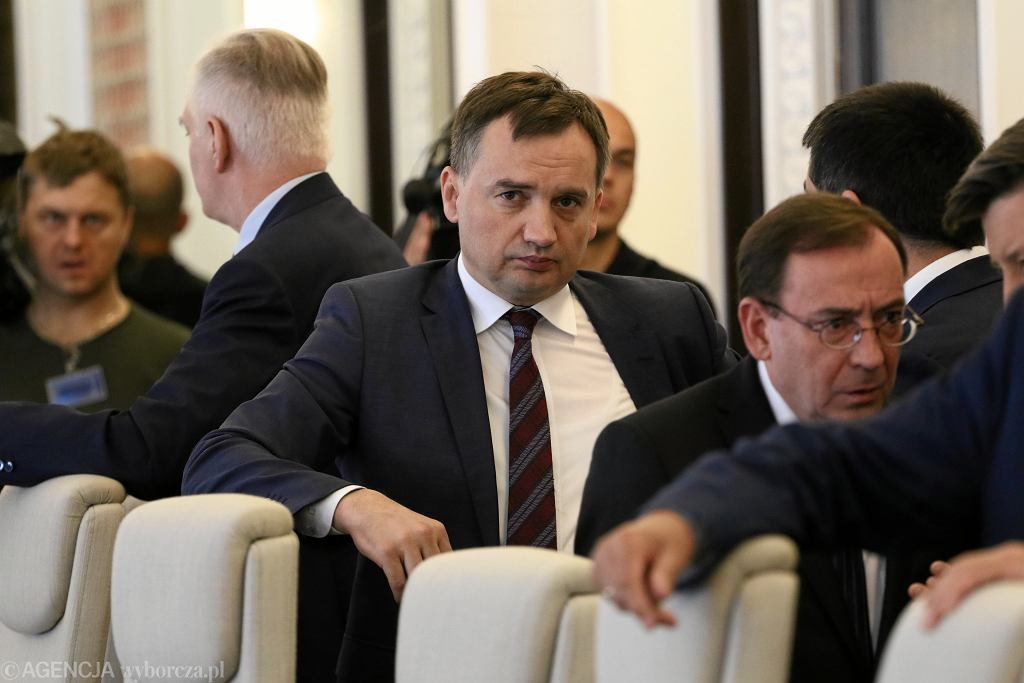 Minister sprawiedliwości w rządzie PiS Zbigniew Ziobro i minister koordynator służb Mariusz Kamiński podczas posiedzenia gabinetu. Warszawa, 26 czerwca 2018