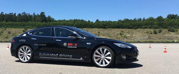 Autonomiczna Tesla Model S w ośrodku testowym Boscha