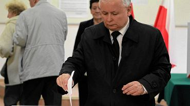 Jarosław Kaczyński oddaje głos w wyborach prezydenckich