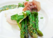 Zielone szparagi, jajo poszetowe, szynka dojrzewająca - ugotuj