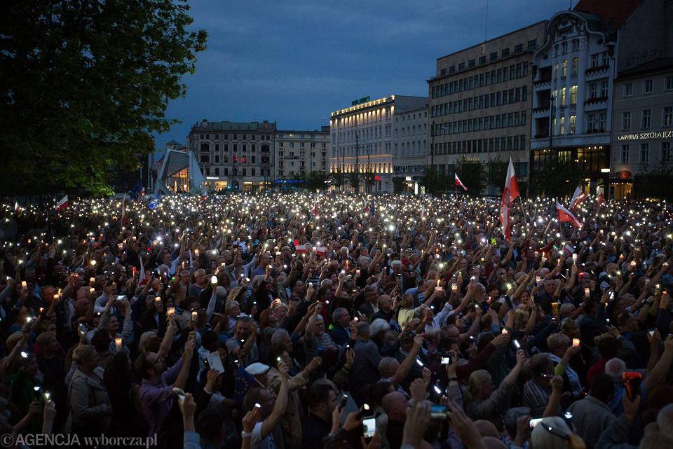 Łańcuch światła - milczący protest w obronie niezależności sądów. Poznań, Plac Wolności, 16 lipca 2017