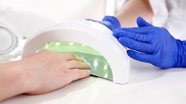 Paznokcie hybrydowe, czyli tzw. manicure hybrydowy, to metoda stylizacji paznokci, która w ostatnich latach zyskała i stale zyskuje na popularności