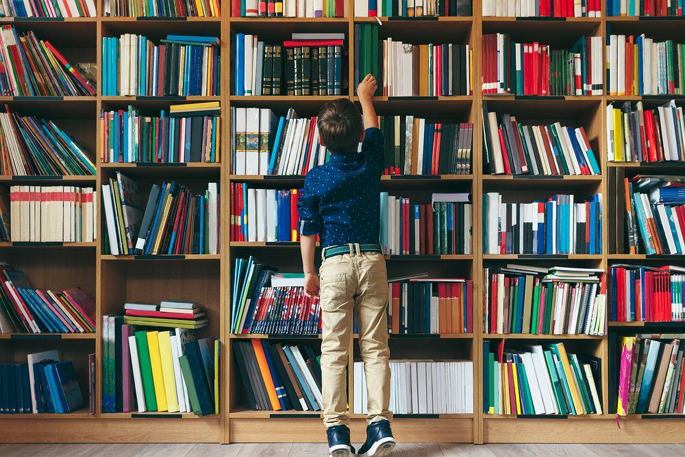 Książki dla 9-latka muszą być ciekawe i wartościowe. Zdjęcie ilustracyjne