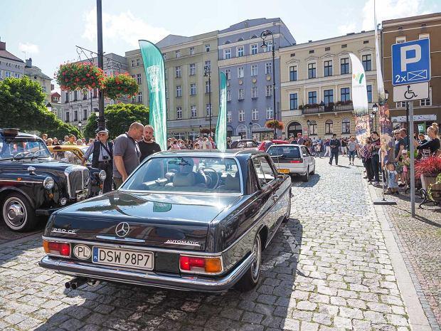 Zdjęcie numer 34 w galerii - Międzynarodowy rajd zabytkowych pojazdów na Rynku w Wałbrzychu. Było co podziwiać [ZDJĘCIA]