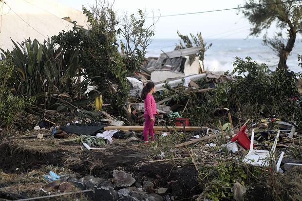 Ruiny domu po przejściu huraganu Lorenzo przez archipelag Azorów, 2 października 2019 r.