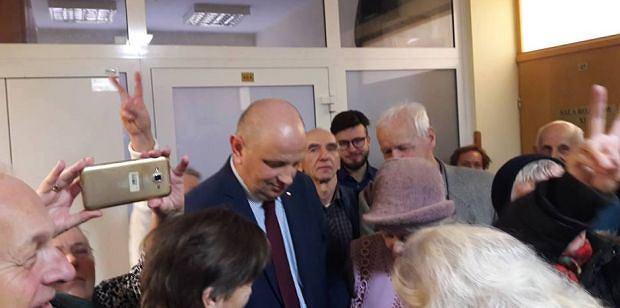 Radny PiS w sądzie, przed rozpoczęciem posiedzenia pojednawczego. Z tyłu (w okularach) Bartosz Staszewsk, organizator lubelskiego Marszu Równości