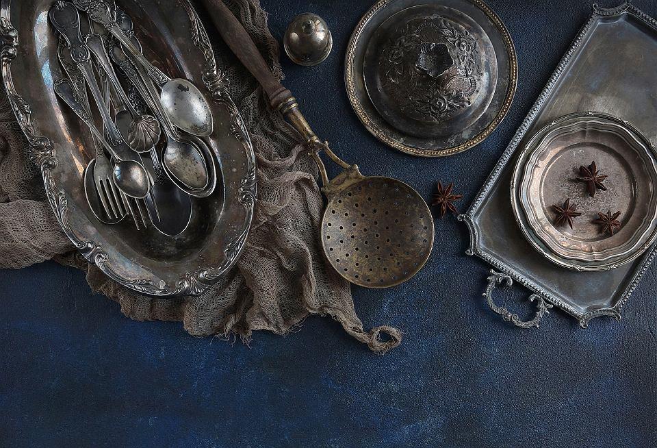 Sztućce i elementy zastawy stołowej w stylu vintage.