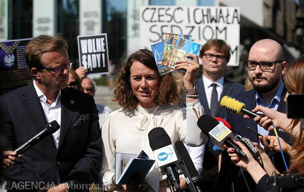 Maria Ejchart-Dubois podczas konferencji prasowej Komitetu Obrony Sprawiedliwości, po aferze związanej z akcją szkalowania sędziów przez pracowników ministerstwa sprawiedliwości. Warszawa, 23 sierpnia 2020