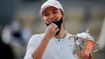 Iga Świątek z trofeum za triumf w turnieju Rolanda Garrosa