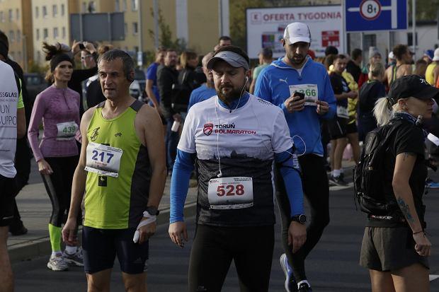 Zdjęcie numer 22 w galerii - Ponad 1200 biegaczy na starcie 37. Toruń Maraton, wygrał Łukasz Oskierko [ZDJĘCIA]