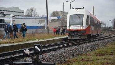 Pociąg specjalny przy peronie Gdynia Port Oksywie. Dojechał tam w 2016 roku, aby pokazać, że kolej może być alternatywą dla samochodów i autobusów. Jednak nie każdy wariant połączenia zakłada, że do Oksywia ponownie dojadą pociągi pasażerskie.
