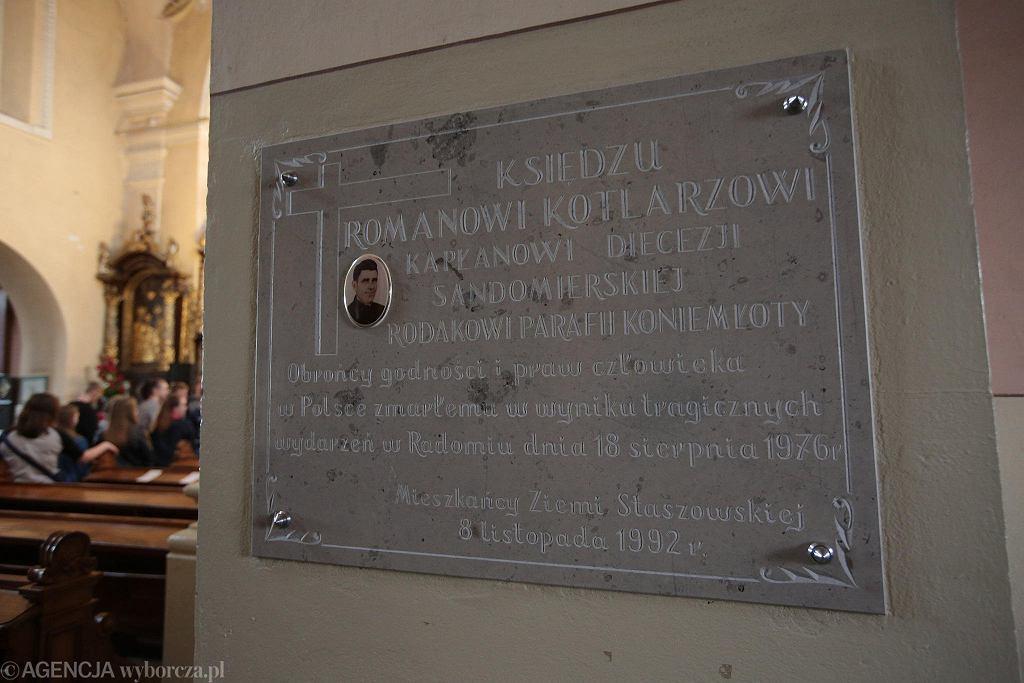 Koniemłoty. Tablica poświęcona księdzu Romanowi Kotlarzowi w kościele parafialnym